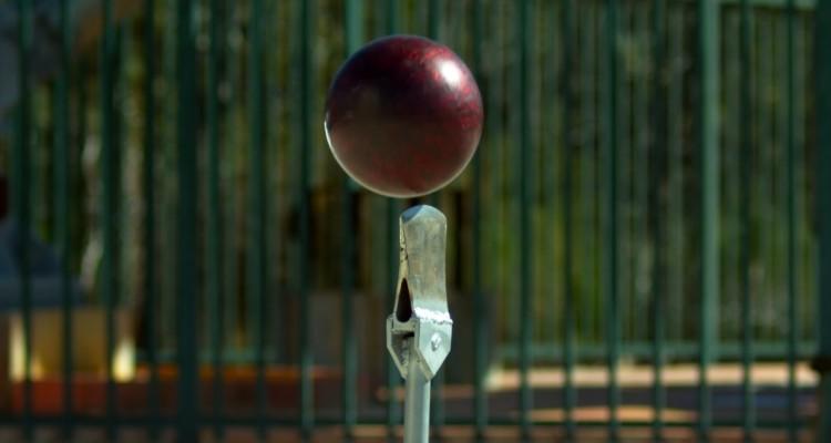 鉄塔からボーリングの球を落とし、地上の斧に当てる。果たして結果は・・・