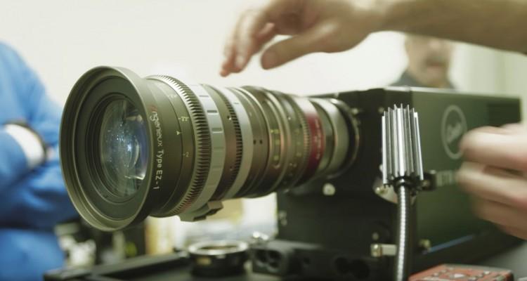 普段とは逆方向にに投影。「レンズテストプロジェクター」で何をしているんだろう?